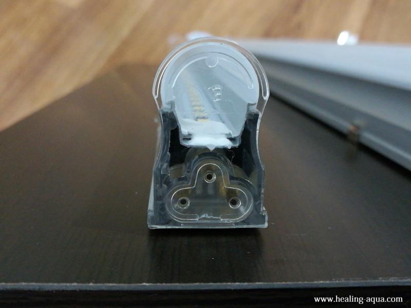 器具一体型直管LED蛍光灯連結線接続箇所にふた