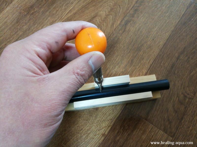 VP13 塩ビ管にオートポンチで穴位置を印す