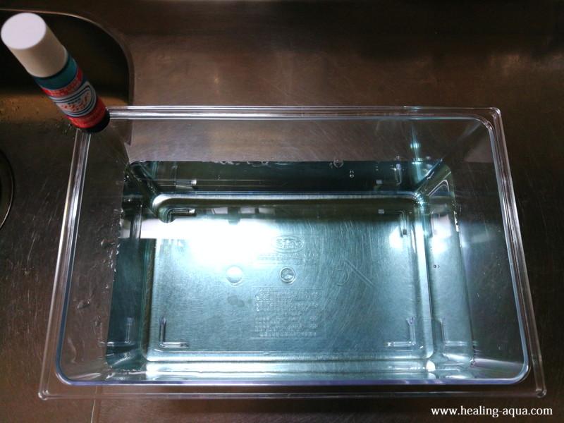 プラケースに水を入れメチレンブルー薬液を入れる