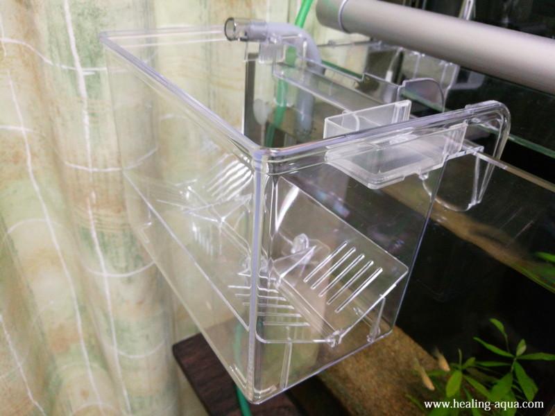 サテライト外掛式飼育ボックスを水槽に掛けた写真
