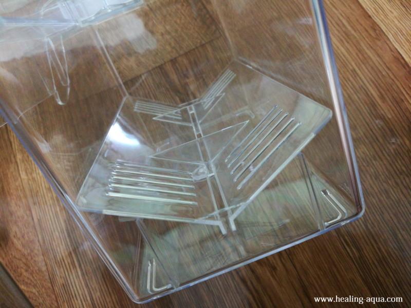 サテライト外掛式飼育ボックス:セパレーターを置く横からの写真