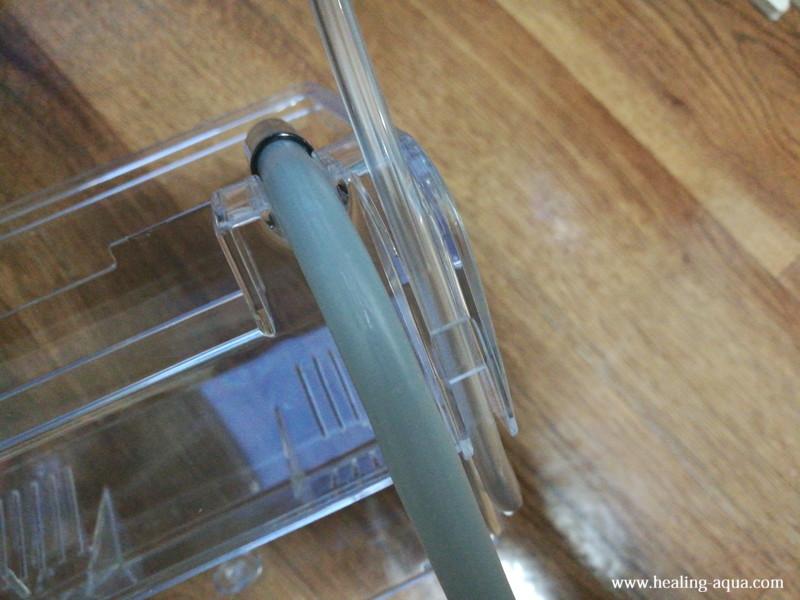 サテライト外掛式飼育ボックス:エアチューブを通した状態