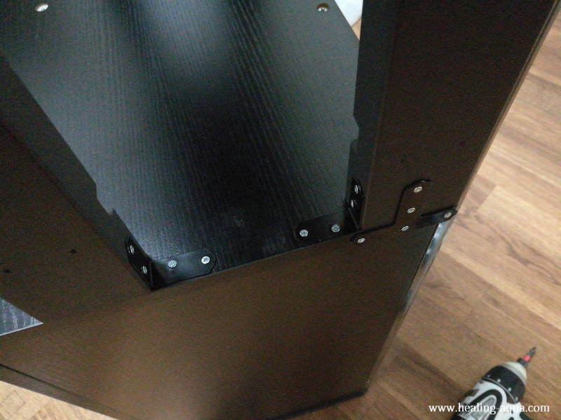 支柱を基になる水槽台に金具を使用し固定
