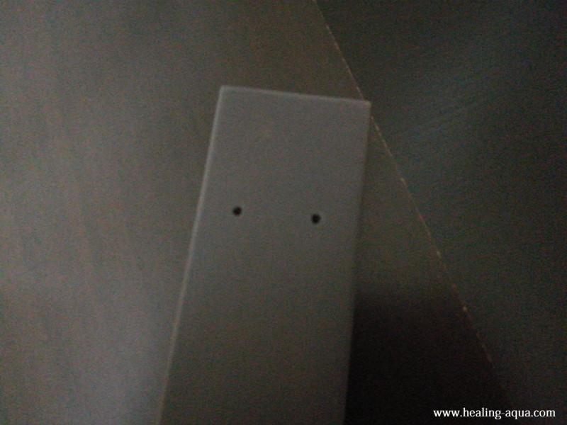 支柱に開いているビス穴