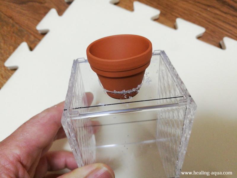 25mmにあけた穴にテラコッタの鉢を入れてみる上から撮影