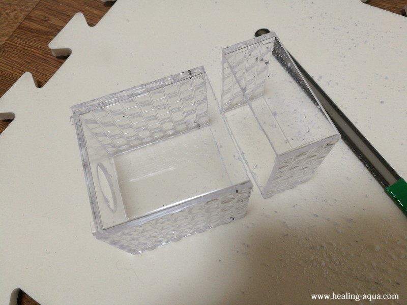 プラスチックケースの下部をハンドソーで切断