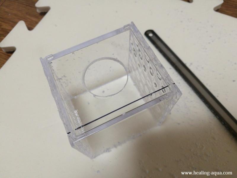 プラスチックケースの側面をハンドソーで切断