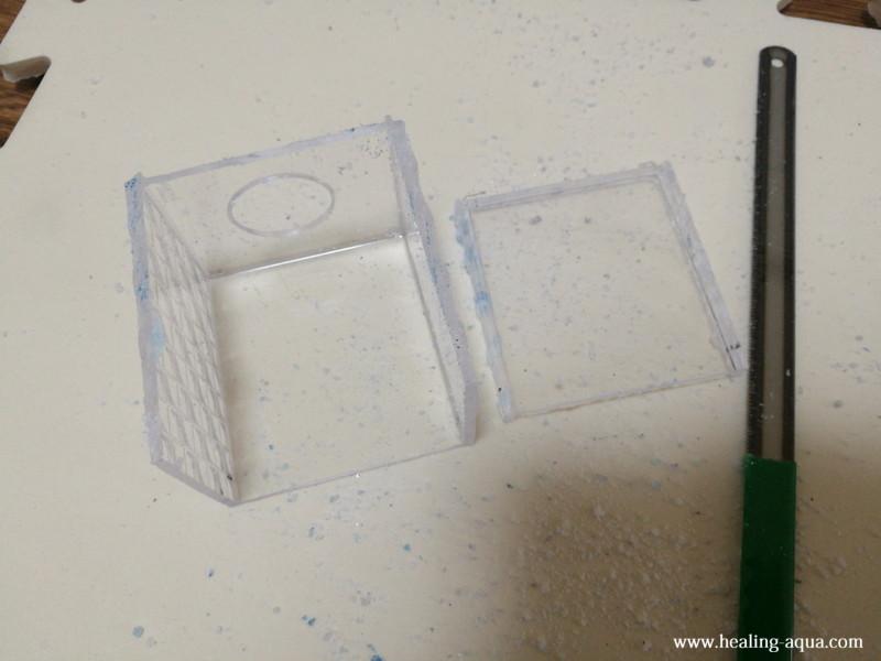 プラスチックケースの側面をハンドソーで切断完了