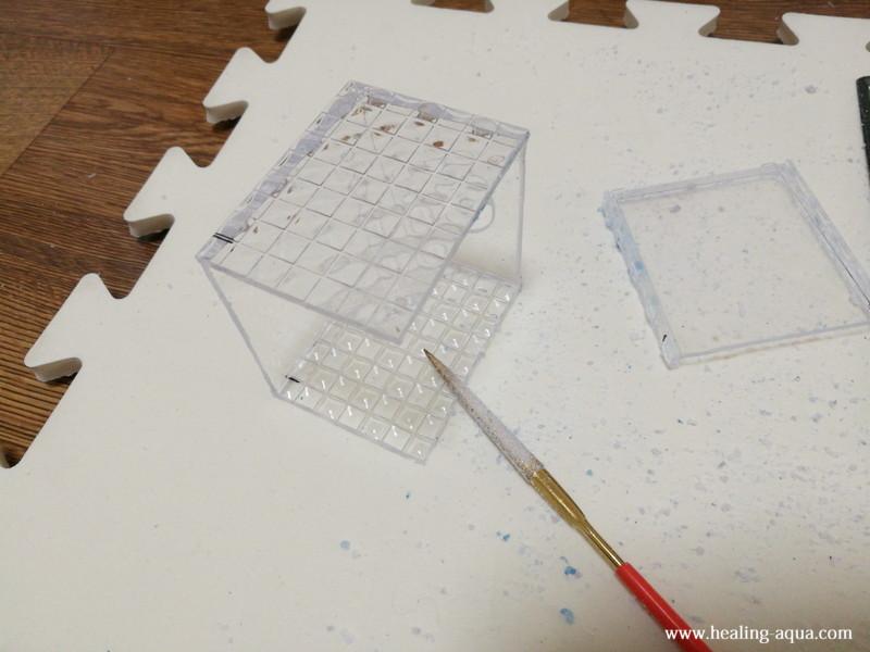 プラスチックケースの切断面をヤスリで綺麗に仕上げる