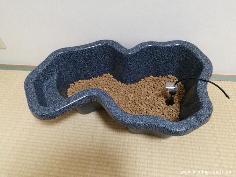 なごみ池Mに底床を敷く