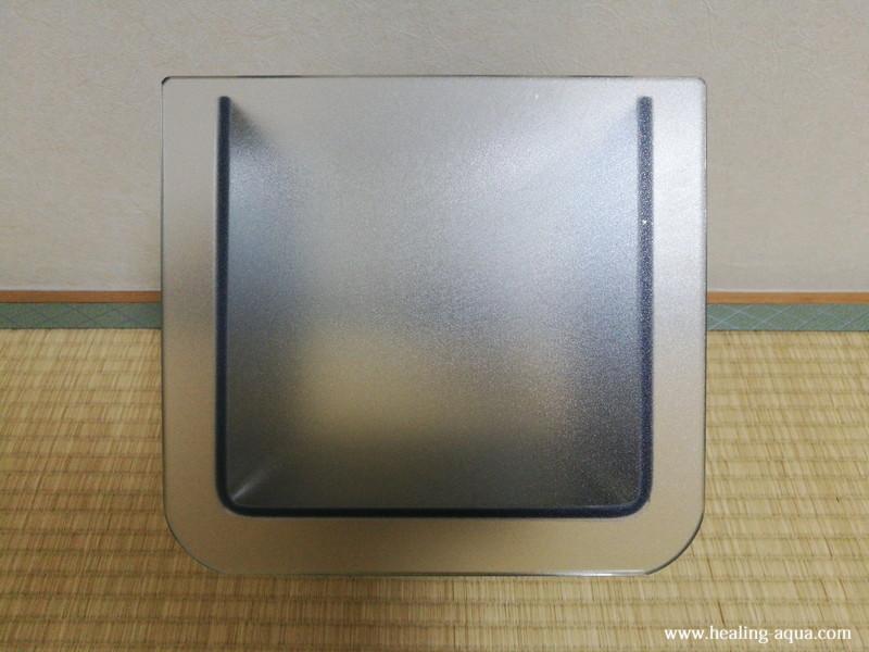 バックスクリーンアルティサンドを貼った水槽
