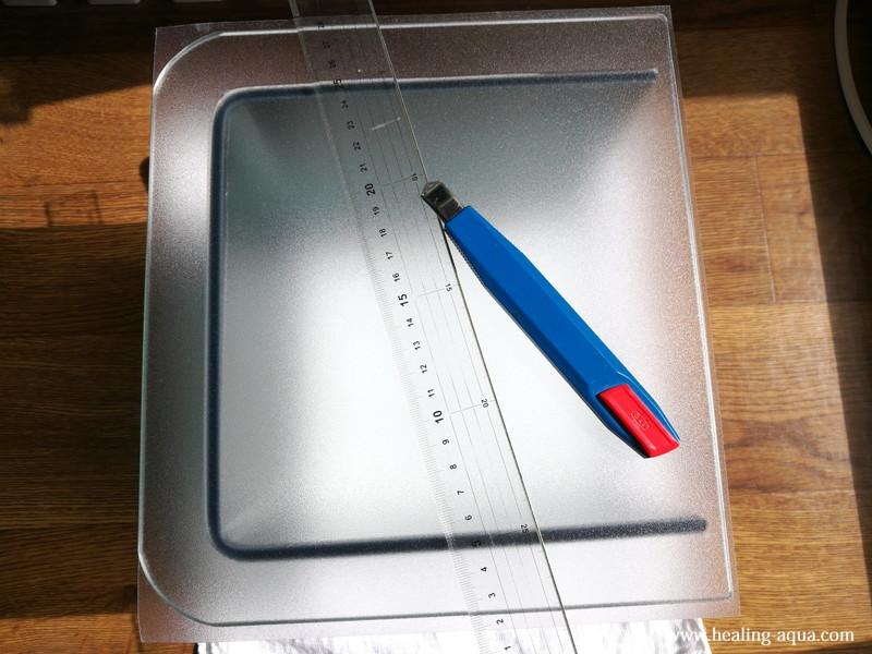 貼り付けたバックスクリーンを水槽に合わせて切る