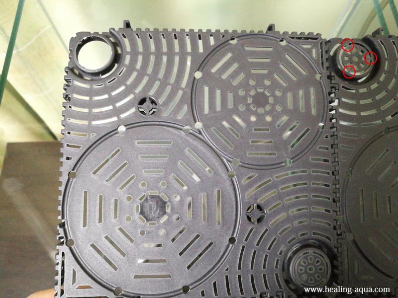 底面プレートのパイプ接続部分の穴