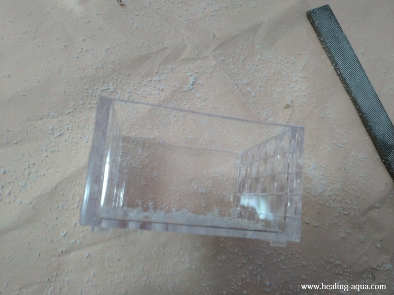 ヤスリを使ってガタガタを削るプラスチックケース