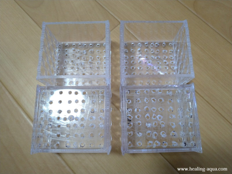 穴あけと切断が完了したプラスチックケース4個
